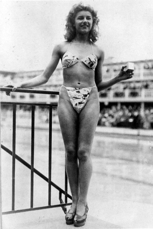 the-first-public-showing-of-the-bikini-paris-1946